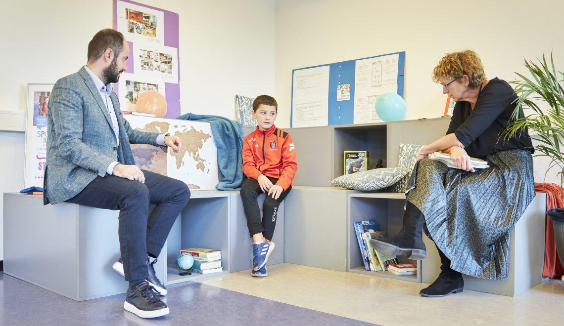 Wethouder Ufuk Kâhya samen met eerste leerling Gijs Heerkens en projectleider Angelie Ackermans in gesprek op de 'landingsplek'.